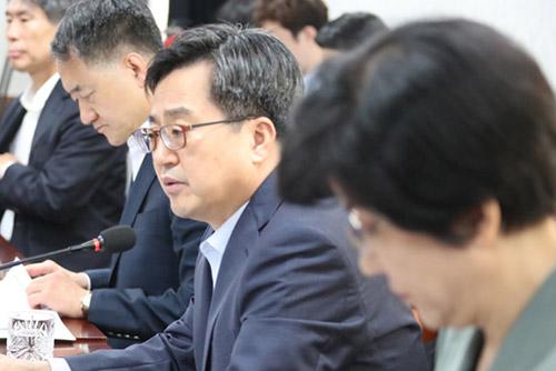 الحكومة الكورية تكثف إجراءات الطوارئ للتعامل مع الحرب التجارية الأمريكية الصينية