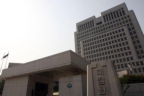 '문고리 3인방' 이재만 안봉근 실형...'법정에서 자기변론'재판장 논란