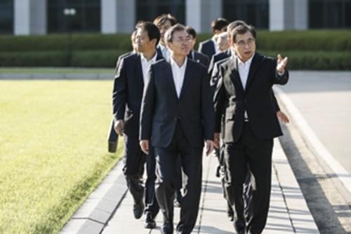 Präsident Moon besucht erstmals Nationalen Informationsdienst