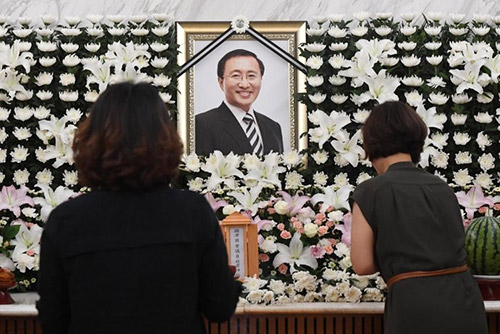 توافد المعزين على جنازة نائب حزب العدالة الراحل