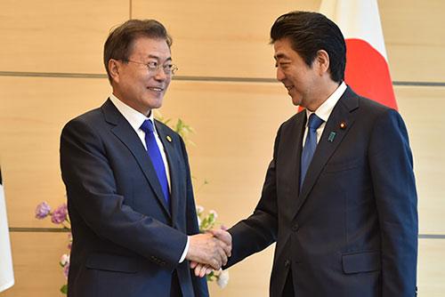 РК неоднократно и безрезультатно пыталась обсудить возможность встречи Мун Чжэ Ина и Синдзо Абэ