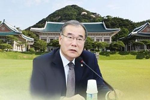 Moon Jae In otorga certificado de nombramiento a su nuevo ministro de Agricultura
