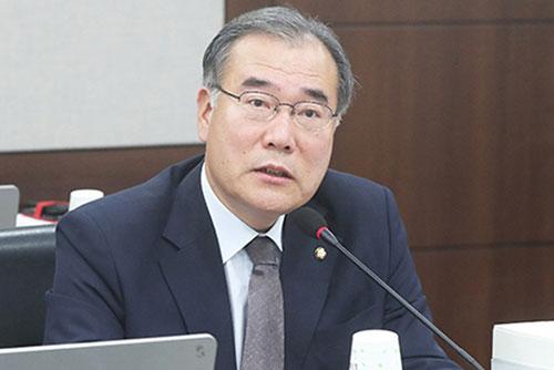 文在寅总统向新任农林畜产食品部长官李介昊颁发任命状