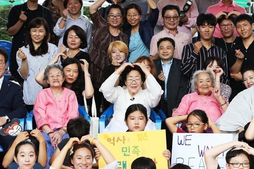 """""""참혹한 역사, 기록보존 더 노력"""" '위안부 피해자' 기림일 행사"""