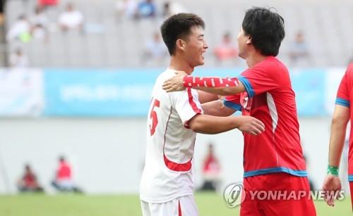 """남북노동자통일축구…""""맞잡은 두 손"""""""