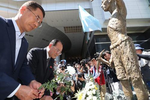 Obreros norcoreanos rinden homenaje a un famoso activista laboral del Sur