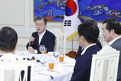 Moon Jae-in invite les chefs de groupe parlementaire des cinq partis politiques à la Cheongwadae