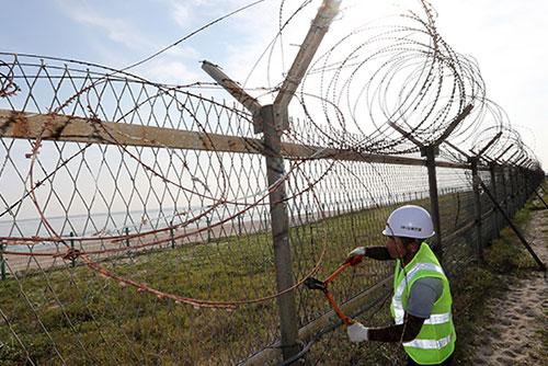 Bộ Quốc phòng lập kế hoạch dỡ bỏ hàng rào thép gai ven sông, ven biển