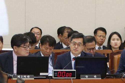 """기재위, 소득주도성장 질타 """"시행안돼 문제"""" vs """"재정확대 치료제 아냐"""""""