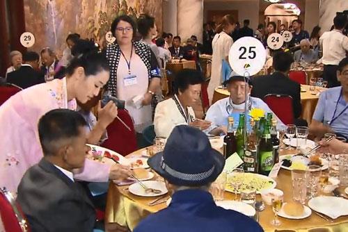 Peserta Reuni Keluarga Terpisah Antar-Korea Mengadakan Pertemuan Berkelompok