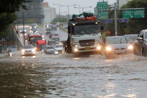 死者不明4人、けが4人、被災300人超 集中豪雨