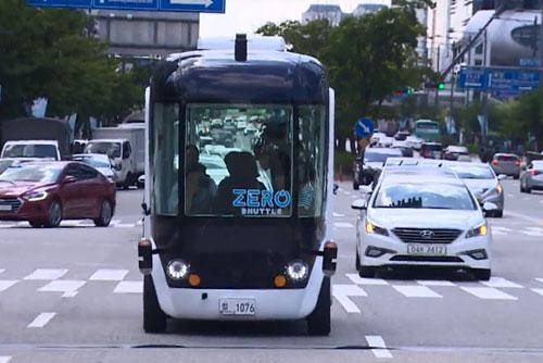Estrenan un servicio de enlace con autobuses autónomos