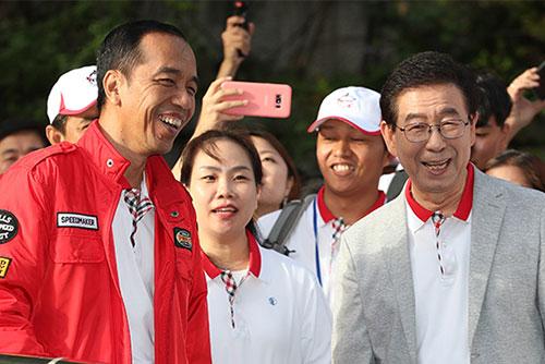 Presiden Jokowi Berjalan Kaki Menikmati Suasana Sungai Cheonggyecheon