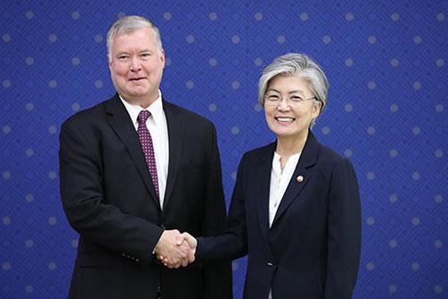미국 대북정책대표, 강경화 예방…비핵화·평화구축 방안 논의