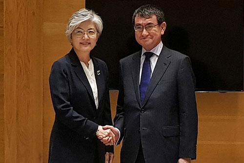 Les chefs de la diplomatie sud-coréenne et japonaise s'entretiennent à Hanoï
