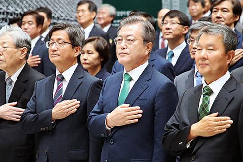 Präsident Moon fordert gründliche Ermittlung zu möglichem Machtmissbrauch durch Ex-Chef des Obersten Gerichts