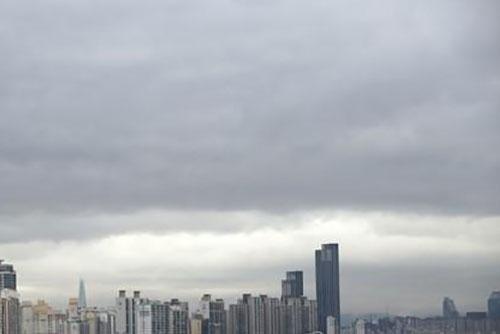 Nubes en todo el país y lluvias en la costa occidental