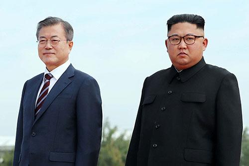 文在寅总统与金正恩委员长在劳动党总部举行首次会谈