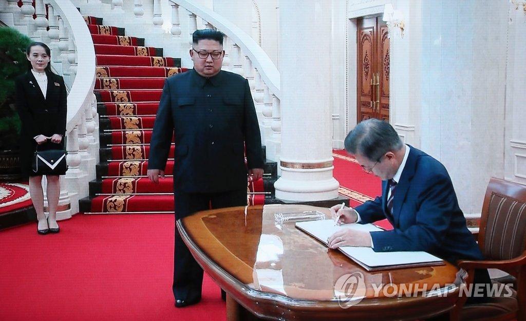 """문 대통령, 방명록에 """"평화와 번영으로 겨레의 마음은 하나!"""""""