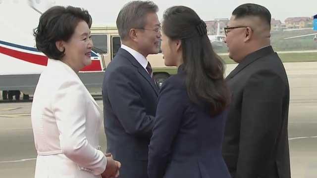 Kim Jong Un recibe personalmente al presidente surcoreano en la pista de aterrizaje