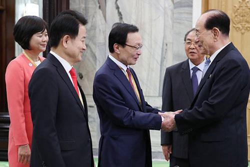 Les patrons de trois partis sud-coréens reçus aujourd'hui à Pyongyang par Kim Yong-nam