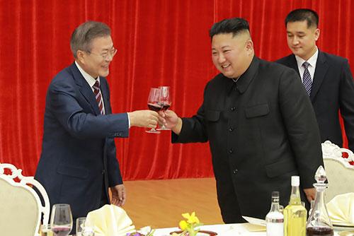 Moon Jae-in et Kim Jong-un poursuivent leurs échanges à Pyongyang