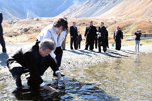 Лидеры Юга и Севера Кореи поднялись на вершину горы Пэктусан