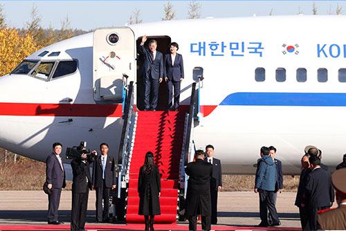 Präsident Moon am Seouler Flughafen eingetroffen