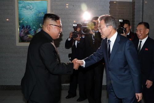 文在寅总统抵达三池渊机场 金正恩委员长在机场迎接