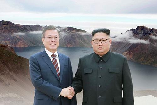 南北韩首脑登上白头山 紧握双手以示和平决心