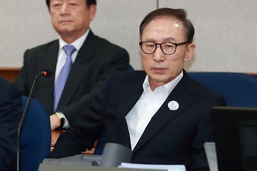 LeeMyung-bak est condamné à 15 ans de prison ferme pour corruption