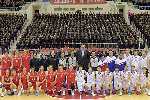 De hauts dignitaires nord-coréens assistent à un match amical de basket-ball avec la Chine