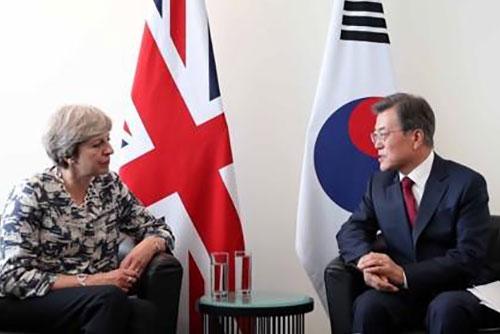 문 대통령, ASEM 기간 영국 총리와 정상회담…대북제재 완화 논의할 듯