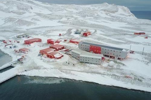 Neue Winter-Besatzungen werden zu Forschungsstationen in Antarktis geschickt