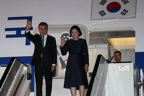 문 대통령 벨기에 도착… 영 총리와 '대북 제재 완화' 논의
