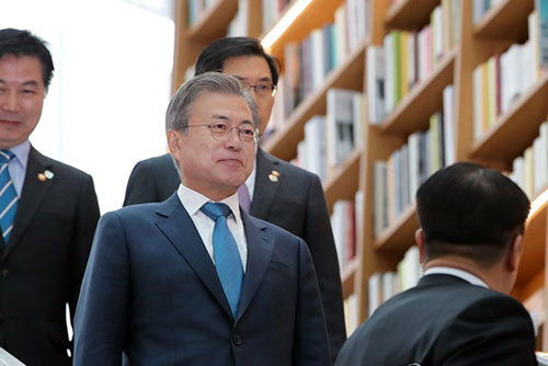 Moon's Approval Rating Falls for 4th Consecutive Week