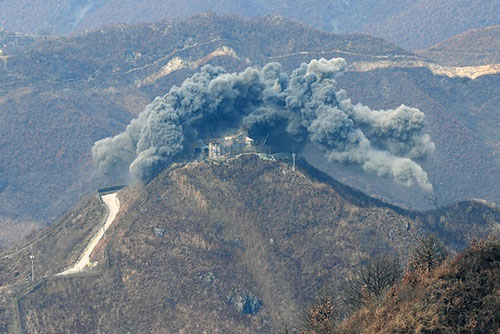 北韓 DMZ内の見張り所10か所を爆破