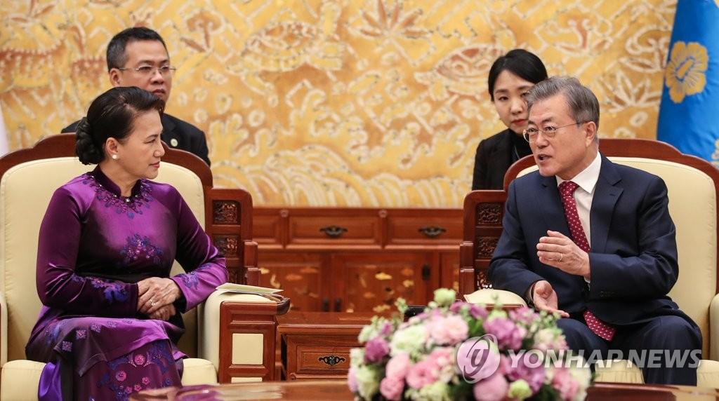 Pres. Moon Meets Vietnamese Assembly Speaker