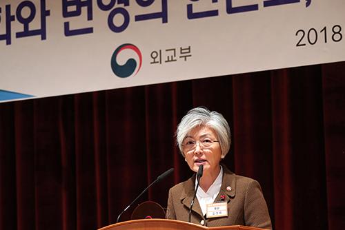 """강경화 """"북핵 해결 중대한 기회…내년 중차대"""""""