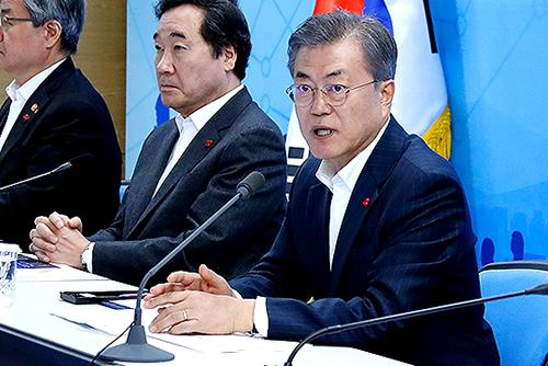 Moon acepta las críticas sobre carencias en las políticas industriales