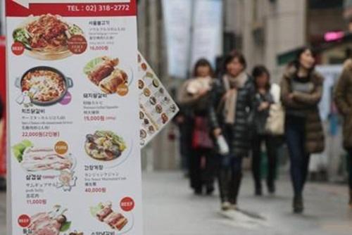 去年の外食回数・費用が減少 景気の影響か