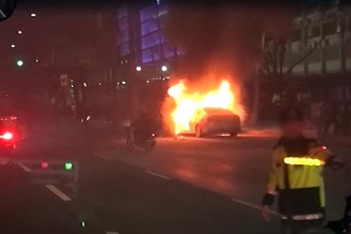 Un chauffeur de taxi s'immole dans son véhicule