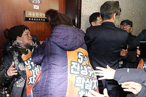 5.18 유족들, 한국당 나경원 원내대표실 앞 복도서 농성