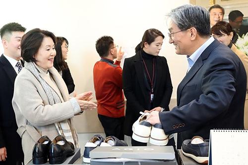 김정숙 여사, 청각 장애인들이 만든 '아지오 수제화' 구입