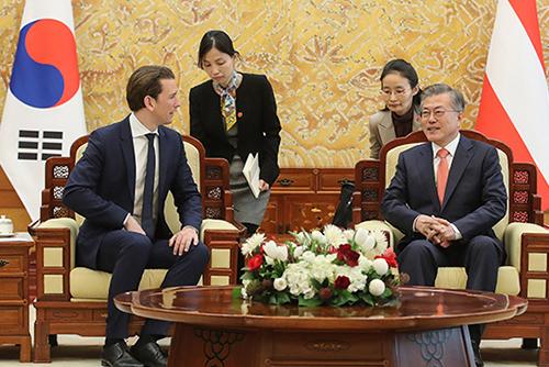 Moon Jae-in s'entretient avec le chancelier autrichien Sebastien Kurz