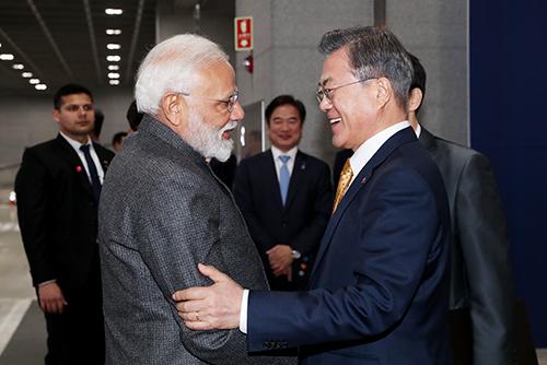 الرئيس مون جيه إين يعقد محادثات قمة مع رئيس الوزراء الهندي ناريندرا مودي