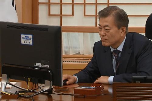 Президент РК Мун Чжэ Ин внимательно следит за ходом второго саммита КНДР и США в Ханое