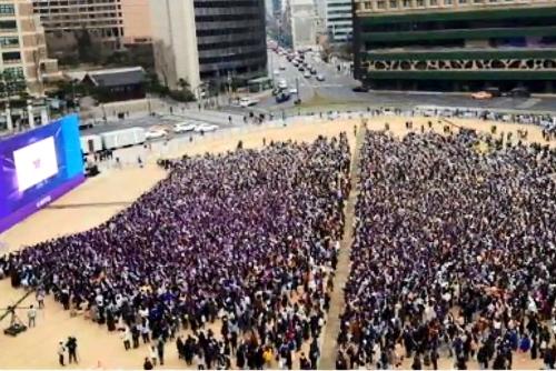 Miles de fans de BTS se reúnen en la Plaza de Seúl