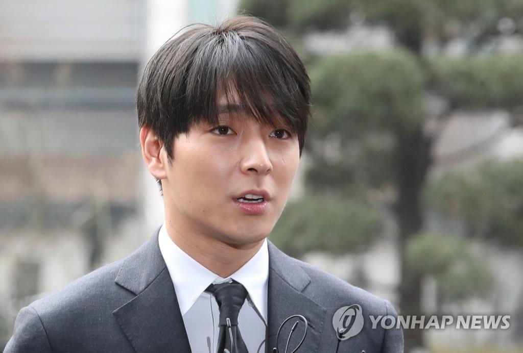 """'불법 촬영물 유포' 혐의 가수 최종훈 경찰 출석..""""죄송하다"""""""