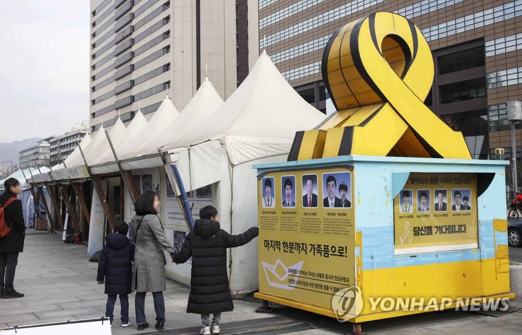 光化門広場のセウォル号犠牲者の焼香所撤去 遺影はソウル市庁へ
